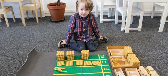 Les additions des grands nombres en maternelle Montessori