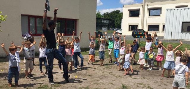 Cours de salsa à l'école Montessori