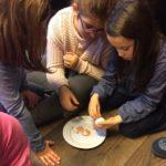 Montessori International Bordeaux : sciences, expérience en chimie. oeuf qui descend
