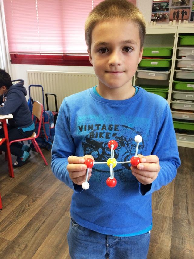 Montessori International Bordeaux : sciences, modèle moléculaire acide sulfurique