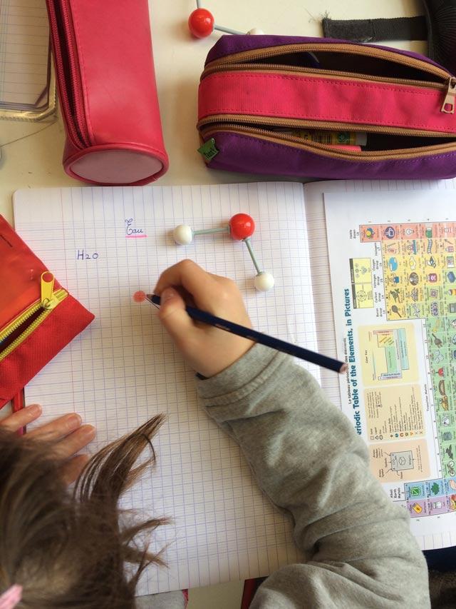 Montessori International Bordeaux : sciences, atomes et molécules. La molécule d'eau.