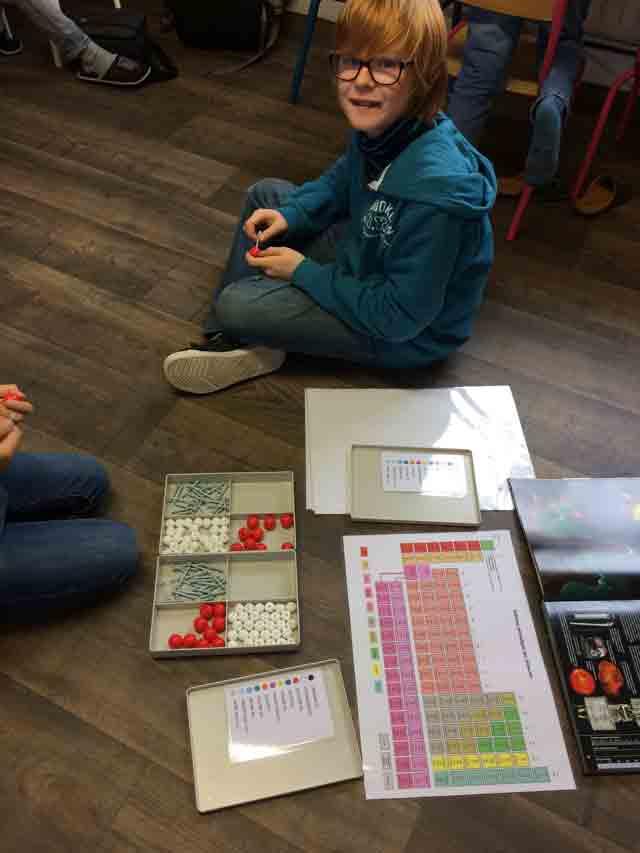 Montessori International Bordeaux : sciences atomes et molécules. Modèle atomique