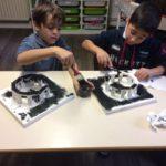 Montessori International Bordeaux : Art fabrication d'un décor de Stonehenge- peinture noire sur base