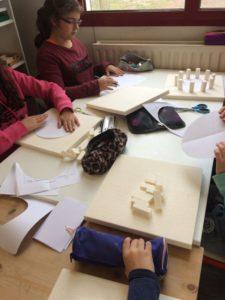 Montessori International Bordeaux : Art fabrication d'un décor de Stonehenge- préparation du socle