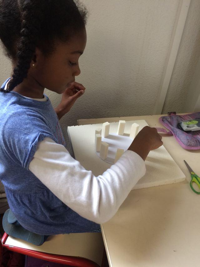 Montessori International Bordeaux : Art fabrication d'un décor de Stonehenge- le cercle des mégalithes
