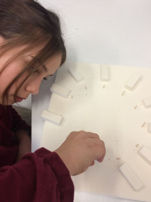 Montessori International Bordeaux : Art fabrication d'un décor de Stonehenge- repérage des emplacements des mégalithes