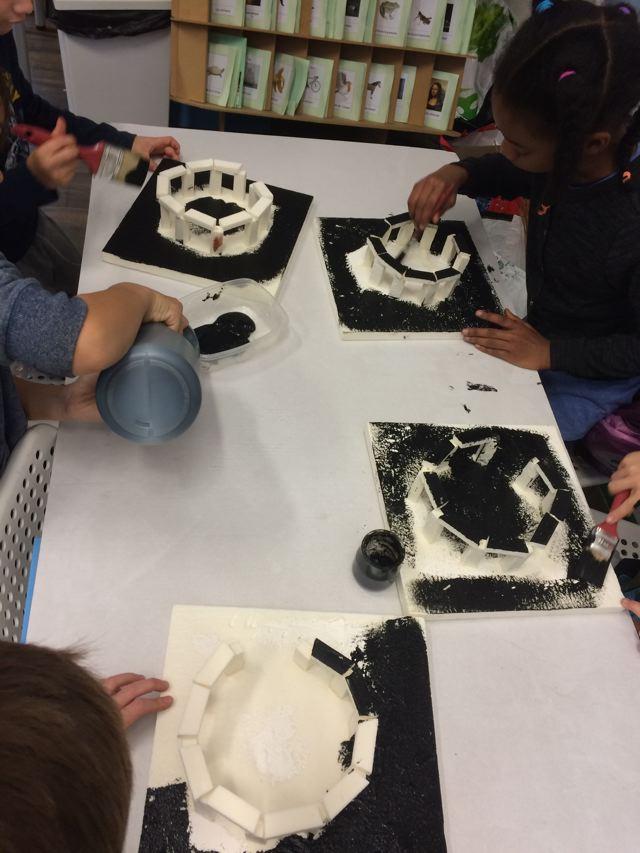 Montessori International Bordeaux : Art fabrication d'un décor de Stonehenge- Sous-couchage