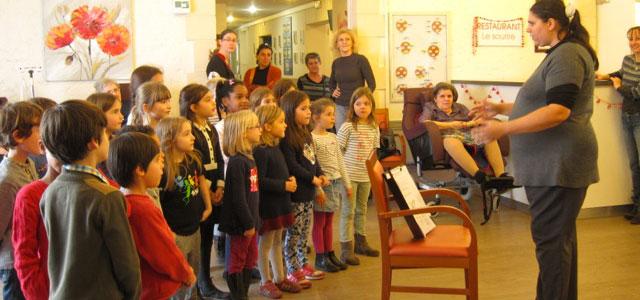 L'école Montessori chante pour les personnes âgées